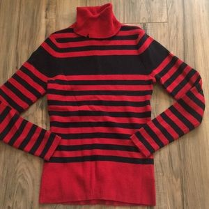 Long sleeve sweater, has a nick in collar
